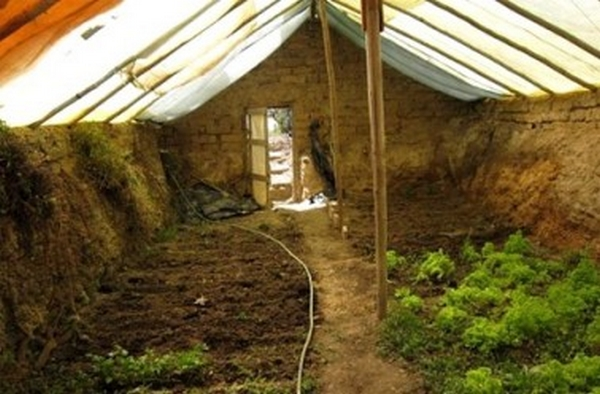 construire une serre souterraine pour cultiver toute l ann e. Black Bedroom Furniture Sets. Home Design Ideas