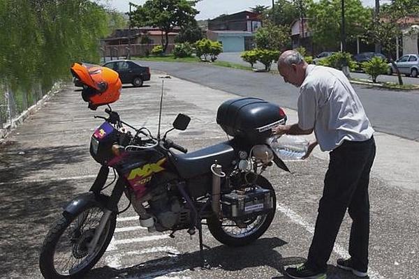 Moto h2o transformer sa moto essence en moto hydrog ne for Deplacer sa moto dans un garage